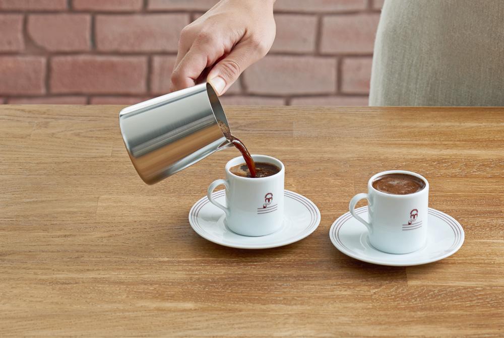 Разливаем кофе в чашки